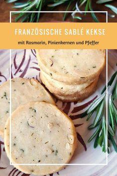 Französische Sablé Kekse mit Rosmarin, Pinienkernen & Pfeffer - ein himmlisches französisches Backrezept - ganz schnell und einfach!   #kekse #französischeküche #plätzchen #cinnamonandcoriander #keksebacken