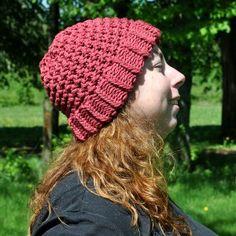 Bonnet en pur coton rouge framboise tricoté main