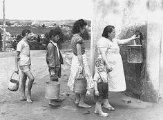 Década de 50 - Fila para pegar água na Água Mineral São Bernardo, no Baeta Neves. Baeta Neves é um dos mais populares bairros da cidade de São Bernardo do Campo.
