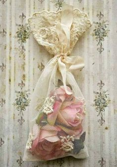 Shabby in love put pou-pourri bags in the bathroom and under the bed*