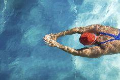 Abnehmen durch Schwimmen, Muskeln und Kondition aufbauen, Haut straffen und Technik verbessern: Schwimmen ist der ideale Sport, um seinen Körper zu shapen. 5 Gründe, warum Sie gerade bei heißen Temperaturen abtauchen sollten.