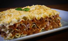 History of Lasagne: When was Lasagna Invented & Where Did Lasagna Originate? Is it Italian or is there a more ancient story to the origin of Lasagne? Charcuterie Raclette, Vegetarian Lasagna Recipe, Easy Lasagna Recipe, Tasty Lasagna, Freezer Lasagna, Freezer Meals, Bolognese, Lasagne Au Pesto