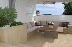 fabriquer un banc de jardin en bois décoré de coussins confortables sur le balcon