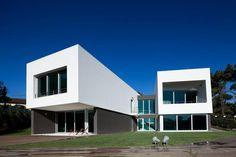 + Arquitetura :     Casa projetada pela Empty Space Architecture e esta localizada em Cascais (Portugal).