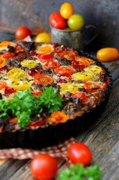 Kakkuviikarin vispailuja!: Jauheliha-tomaattipiirakka Quiches, Chili, Baking, Food, Chile, Chilis, Bakken, Eten, Quiche