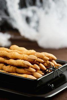Gruesome almond fingers for Halloween - Cuboimages photo agency Halloween 2016, Happy Halloween, Eat Smarter, Sausage, Almond, Treats, Party, Recipes, Bakken