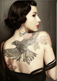 tatuagens femininas nas costas aguia