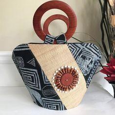Bamileke Hand Woven Raffia Fibers African Basket bag with wood handle - Big Handmade Purses, Handmade Handbags, Ankara Bags, Sacs Design, Kente Cloth, Patchwork Bags, Crazy Patchwork, Printed Bags, Fabric Bags