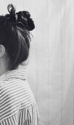 What I wear my hair like everyday. The swimmer bun or messy bun Girl Photo Poses, Girl Photography Poses, Messy Hairstyles, Pretty Hairstyles, Photo Triste, Hair Day, Your Hair, Pelo Vintage, Black And White Photography