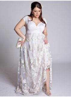 Plus Size Wedding Dresses to Make You Look Like a Queen-Plus size wedding dresses. Tips to buy a plus size wedding dress and some of the best addresses to find the wedding gown of your dreams. Plus Size Brides, Plus Size Wedding Gowns, Best Wedding Dresses, Bridesmaid Dresses, Dress Wedding, Lace Wedding, Casual Wedding, Formal Wedding, Wedding Ideas