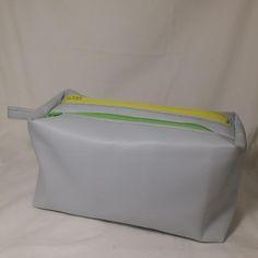 Trousse Zip-Zip réalisée par Au fil de Loh en simili bleu clair et zips colorés. Patron de couture Sacôtin