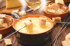 To please everyone in the family, we have compiled a list of the best dishes that remind grandma of her childhood while providing a modern twist to please the foodies. Cheap Meal Plans, Fondue Party, Romantic Dinners, Best Dishes, Cheddar, Carne, Brunch, Food And Drink, Appetizers
