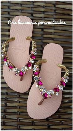 Bead Crafts, Diy And Crafts, Decorating Flip Flops, Decorated Shoes, Diy Crystals, Crochet Shoes, Beaded Bags, Cool Diy Projects, Thongs