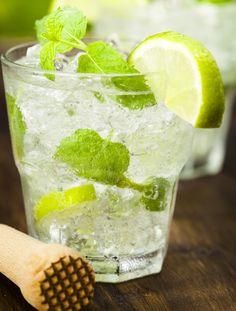 Mojito Zutaten: 2 TL Rohrzucker, 10 Minzeblätter, 6 cl weißer Rum, 4 cl Sodawasser, 1 Limette. Die Limette vierteln, in ein Longdrinkglas