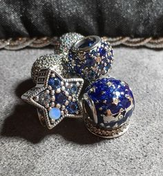 Today brings my monthly Pandora news round-up, featuring all the details on what's coming up for October 2017 – and beyond! Pandora has been generous with the promos lately, and that trend continues during October in the run-up to the launch of the Winter 2017 charms at the beginning of November. Before I start, however, … Read more...