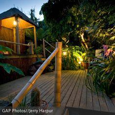 Ein Pavillon aus Bambus ist schnell aufgebaut und spendet an sonnigen Tagen Schatten. An den Rückwänden angebrachte Bambusmatten und zusätzliche Vorhänge…