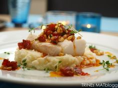 Cod with chorizo salsa, asparagus and cauliflower puree. I replaced the chorizo with bacon and the asparagus with carrots, still delicious! Seafood Recipes, New Recipes, Dinner Recipes, Cooking Recipes, Dinner Ideas, Cauliflower Puree, Date Dinner, Fish Dishes, Everyday Food