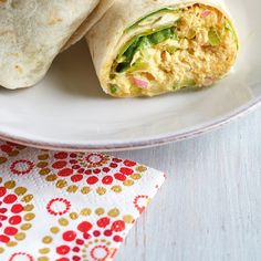 This curried tuna salad wrap is the perfect meal to put in your children's lunchbox! Fun Easy Recipes, Easy Meals, New Pressure Cooker, Ricardo Recipe, Salad Wraps, Sweet Pickles, Tuna Salad, Lunch Snacks, Mets