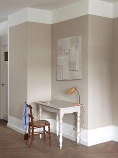 Creëer diepte en ruimtelijkheid door niet een hele muur te verven, maar onder- en bovenaan een brede strook wit te laten