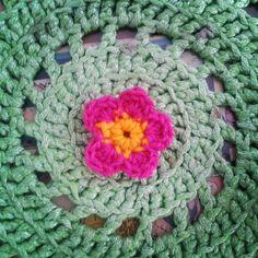 Flower power! #crochê #crochet #ganchillo #handmade #artesanal #feitoamao #hechoamano #vintage #PontoArroz #flower #flor #design #art #girl #crochetlove #crochetaddict #crochetersofinstagram #handmadedesign #colors #yarn #craft #pink #green by pontoarroz