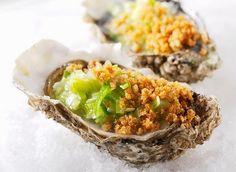 Huîtres cuites au four (Pour 4 personnes) - Ingrédients : des huîtres, des poireaux, du beurre, de la farine de blé, et du Parmesan.