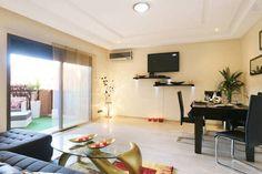 Locations saisonnières et locations en résidence - Airbnb Marrakesh, Flat Screen, Centre, Furniture, Home Decor, Living Room, City, Bed, Places
