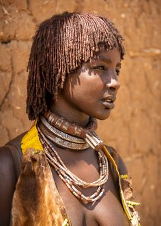 First WifePolygamy is a part of their culture, a man often has more than one wife. This woman wearing the top phallic neck ring is the first wife and has a superior status. The other two neck rings symbolize that there are three wives in total - Omo. African Tribal Girls, Tribal Women, Tribal People, African Women, African Culture, African History, Africa Tribes, Brust Tattoo, Africa People