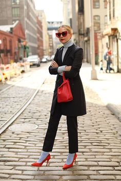 Blair Eadie of Atlantic-Pacific wearing Theory good wool suiting in Brooklyn NY. Click through to see the full look and discover the collection! Long Black Blazer, Black Blazers, Blazer And Shorts, Blazer Outfits, Blazer Dress, Elegante Y Chic, Best Blazer, Jessica Parker, Atlantic Pacific