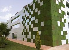 LIFEWALL®: una revolución verde en la fachada: Solución de fachada ventilada con paneles vegetales LIFEWALL y porcelánicos de BIONICTILE que aportan nitratos a las plantas procedente del NOx de la atmósfera. #Materialesinnovadores, #Sostenibilidad, #Vídeos