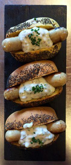 Bratwurst casolà de calçot amb salsa tàrtara Bratwurst, Bagel, Portal, Salsa, Restaurant, Bread, Food, Gastronomia, Salsa Music