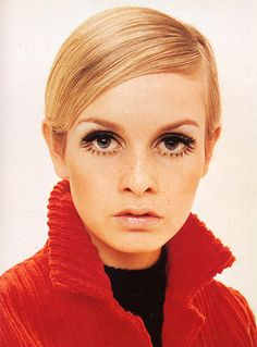 Twiggy, 1960 for Vogue Magazine. Twiggy, a prominent teenage model, was by many seen as the British cultural icon of the 'swinging sixties'. 1960s Makeup, Twiggy Makeup, Hair Makeup, Eye Makeup, Iconic Makeup, Iconic Beauty, Makeup Ads, Makeup Geek, Timeless Beauty