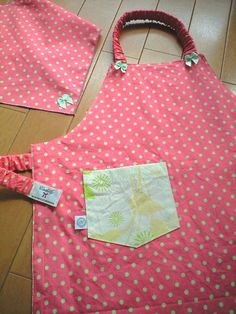 幼稚園児が1人でも脱ぎ着しやすい子ども用エプロンのデザインと作り方 ... 引用 ... Sewing Tutorials, Sewing Projects, Sewing Patterns, Easy Christmas Crafts, Simple Christmas, Home Crafts, Diy And Crafts, Kids Apron, Handmade Bags