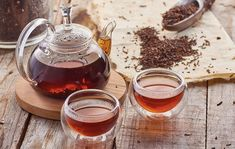 Black tea in the glass teapot and the glass cups on wooden background Pinterest Instagram, Design Industrial, Glass Teapot, Teapots And Cups, Tea Blends, Dessert Drinks, Frappe, Coffee Cafe, Gelato