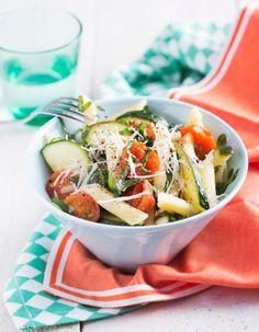 Ellan tomaatti-kesäkurpitsapasta on värikäs ja siinä maistuvat tuoreet kasvikset.