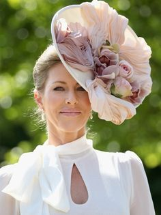 The Royal Ascot begins today, complete with princesses, princes, a queen, and everything in between decked out in their finest fascinators and top hats. Digital Foto, Cream Hats, Royal Ascot Hats, Image Fashion, Races Fashion, Fashion Hats, Fancy Hats, Silly Hats, Kentucky Derby Hats