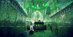 """Esta mezquita te hará pensar que estás en otra dimensión   Shah Cheragh es un monumento funerario y una mezquita en Shiraz, Irán. El nombre se traduce como """"Rey de la Luz"""", y es fácil entender por qué"""