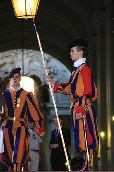A Vatican Guard, with his Halberd. Swiss Guard, Pope John, Vatican City, John Paul, Old Master, Good Looking Men, Sketching, Warriors, Rome