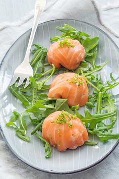 Zalmbonbons - gevuld met romige en frisse garnalen Salmon bonbons - filled with creamy and fresh shr Tapas, Food Design, Recipes Appetizers And Snacks, Healthy Recipes, Christmas Food Treats, Dinner Menu, Fish And Seafood, High Tea, Food Inspiration