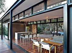 Johannesburg studio GASS Architecture have recently completed the Westcliff Pavilion. This steel-framed residence is located on the Westcliff Ridge in Johannesburg, South Africa. Blog Architecture, Pavilion Architecture, Steel Frame House, Steel House, Steel Frame Construction, Cottage Design, Mid Century House, Prefab, Modern House Design