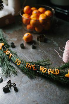 Swedish Christmas Decor Inspiration & Citrus Garlands for a God Jul - Hello Lovely : Clementine Christmas Garland - A Daily Something. Swedish Christmas, Noel Christmas, Winter Christmas, All Things Christmas, Christmas Crafts, Primitive Christmas, Country Christmas, Christmas Garlands, Advent Wreaths