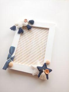 Ξύλινη Κορνίζα σε λευκό και μπεζ χρώμα με γυάλινο τζαμάκι. Η διάσταση της είναι 18,5 cm x 14 cm για φωτογραφία 14,5 cm x 10,2 cm . Eίναι διακοσμημένη με υφασμάτινα αστεράκια , συννεφάκι , κουμπιά , ύφασμα jean φουντίτσες και πον-πον. Έχει απλά και ουδέτερα χρώματα , μπλε , λευκό , μπεζ . Μπορεί να διακοσμήσει παιδικό και εφηβικό δωμάτιο. New Love, Boy Room, New Baby Products, Children, Boys, Frame, Home Decor, Young Children, Baby Boys