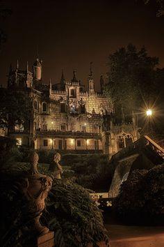Le Palais de la Regaleira, Quinta da Regaleira, est un magnifique ensemble architectural de Sintra au Portugal, ville classée au partimoine mondial de L'Unesco.