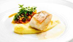 Potetaïoli og tomatsalsa er et spennende og godt tilbehør til stekt torsk.Stek torsken med skinnet på, da holder den seg saftig.