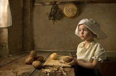 Bill Gekas é um fotógrafo australiano com grande fascínio pelos trabalhos dos Grandes Mestres, como Vemeer e Rembrandt. Foi quando ele teve uma ideia maluca de fazer sua filha de 5 anos ser parte do trabalho. Fazer com que uma criança pareça natural em um cenário do século 18