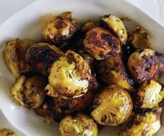 Brussel sprouts with black garlic Fun Cooking, Cooking Recipes, Healthy Recipes, Healthy Food, Soul Food Kitchen, Garlic Uses, Black Garlic, Garlic Recipes, Daily Meals