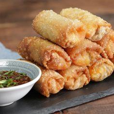 How to make kimchi bulgogi egg rolls. Your favorite Korean dish is rolled up into deep-fried finger food. Bulgogi Recipe, Appetizer Recipes, Appetizers, Asian Recipes, Healthy Recipes, Asian Desserts, Healthy Food, Egg Roll Recipes, Gastronomia