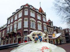 """Stephen Cassidy - Kleine Wereld - Hotel Augusta oudste hotel IJmuiden.  Yvonne wil ook wel weer eens uit eten: """"Vind je dat niet romantisch Sjaak, eten in zo'n sjiek restaurant?"""" Sjaak: """"Ik word altijd zo nerveus van al dat ingewikkelde bestek."""" Meer op: http://www.stephencassidy.nl/ #KleineWereld #miniature #IJmuiden"""