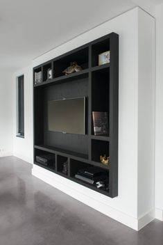 Mooie zwarte kast in nis. Condo Living, Living Room Tv, Home And Living, Room Interior, Interior Design Living Room, Living Room Designs, Tv Wall Design, House Design, Build Your Dream Home