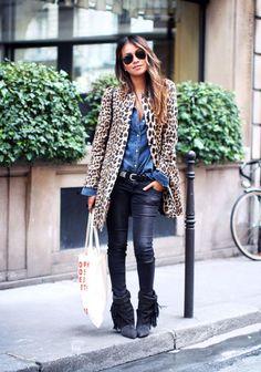 Manteau léopard + slim noir brillant + chemisier jeans