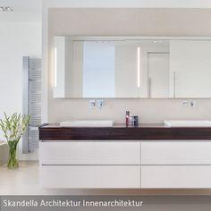 Der Doppelwaschtisch wurde von uns eigens für dieses Objekt entworfen und vom Schreiner angefertigt. Die Spiegelbeleuchtung ist in diesen integriert.